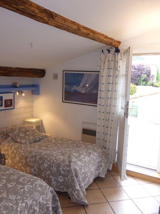 maison d 39 h tes chaleureuse chambres d 39 h tes louer cotignac provence alpes c te d 39 azur france. Black Bedroom Furniture Sets. Home Design Ideas