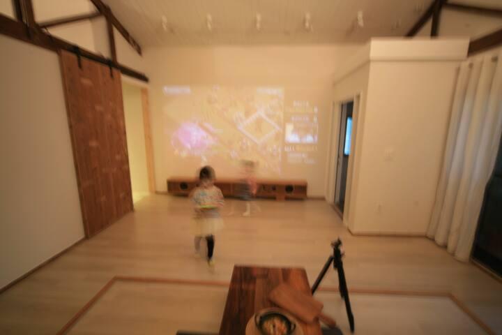 벽면에 빔프로로는 올레티비로 영상과 음악체널 시청 가능하세요. 개인영상이나 음악은 이용하실 수 없습니다.