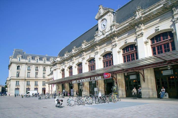 La gare Saint-Jean à Bordeaux, est la plus grande gare ferroviaire de la région Nouvelle-Aquitaine, à 2 h de Paris.