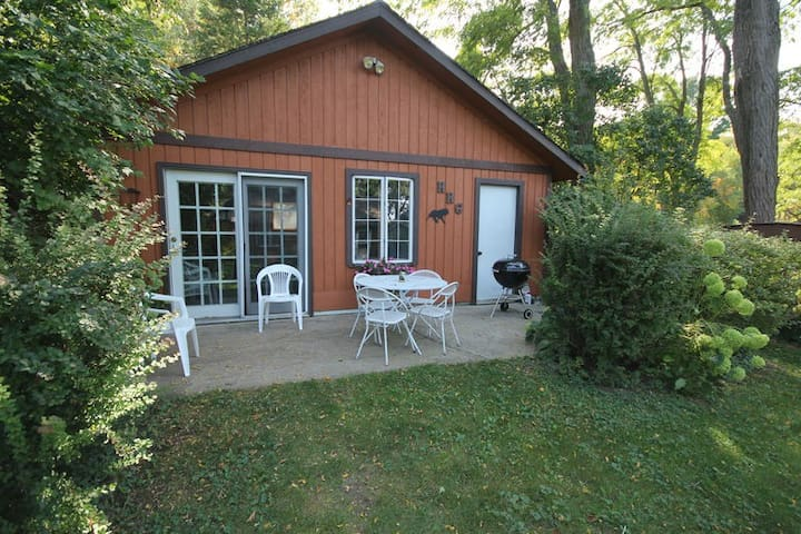 Cute Cottage with Little Glen Lake Access