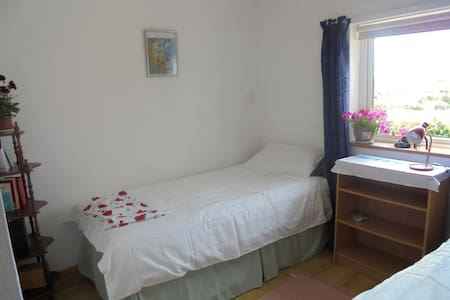 Twin room close to beach - Clifden