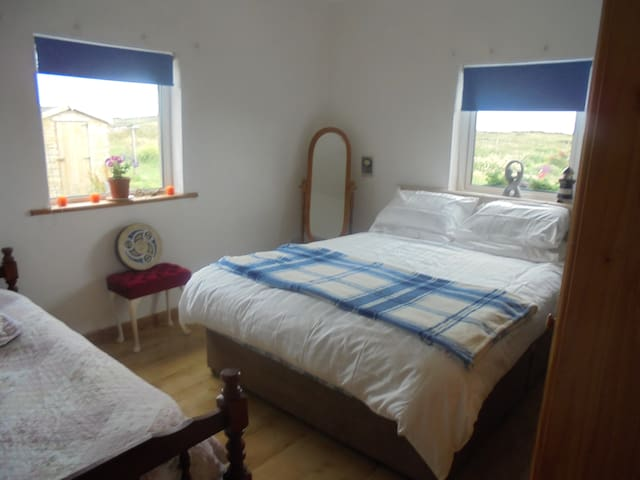 Bright family room close to beach - Clifden - Bed & Breakfast