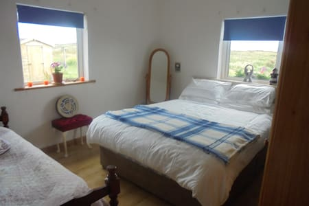 Bright family room close to beach - Clifden - Aamiaismajoitus