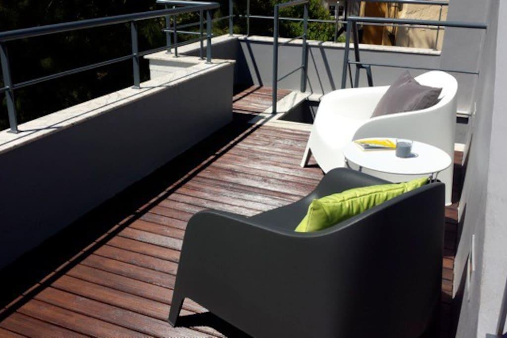 Terrasse de 11 m2 sur le toit en duplex avec les pins devant vous et les cigales qui chantent en plein centre de Lisbonne !