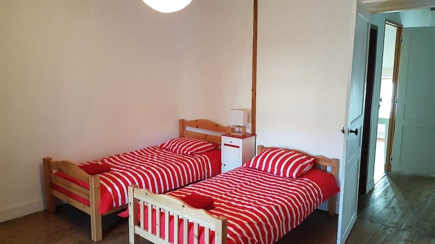 chambre rouge (1 lit simple)