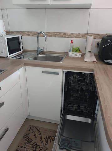 Neuwertige Einbauküche mit Geschirrspüler, Mikrowelle und Kaffevollautomat