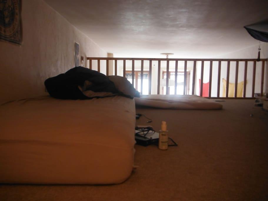 Une mezzanine avec deux matelas.