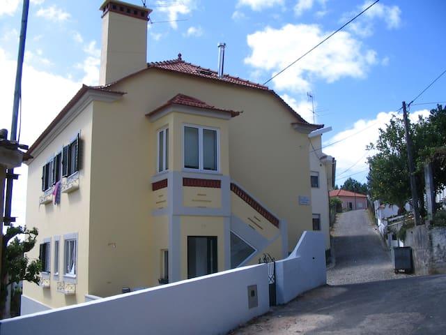 A Casa Amarela 2 - Castanheira de Pêra - Дом