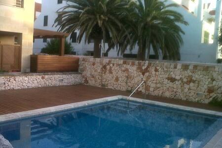 Precioso bajo con jardin y piscina - House