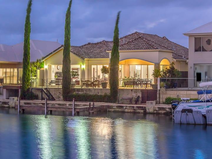 Luxury Retreat Canal home, Jetty, Kayaks, Theatre