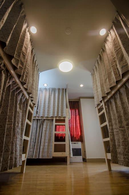 此房間門有實體門,只有門簾,但每個床位皆有獨立遮廉,隱私沒有問題。