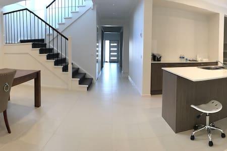 4房3厅新别墅的主卧带独立卫生间,大尺寸的双人床和衣帽间。免费WIFI - Williams Landing - Villa