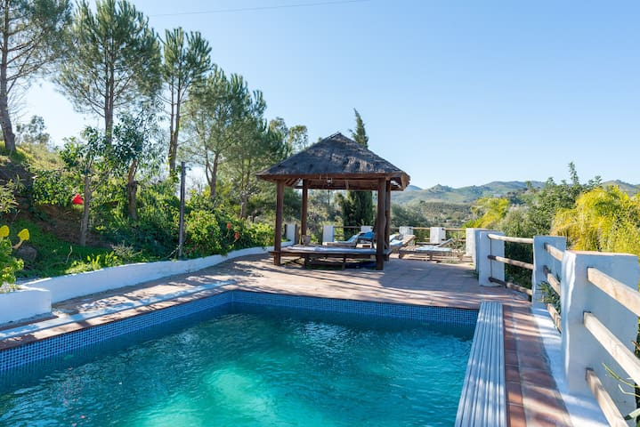 7 bed 5 bath heated pool 30 min from airport
