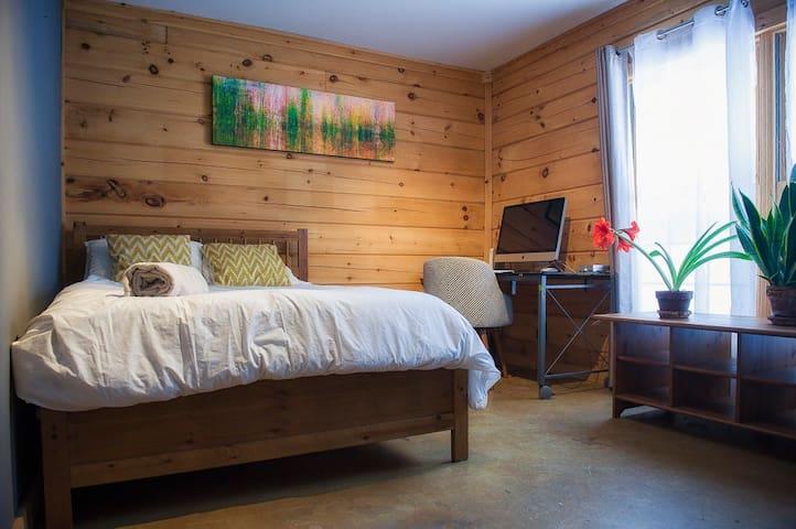 Cozy Log Home Getaway in the Gatineau Hills