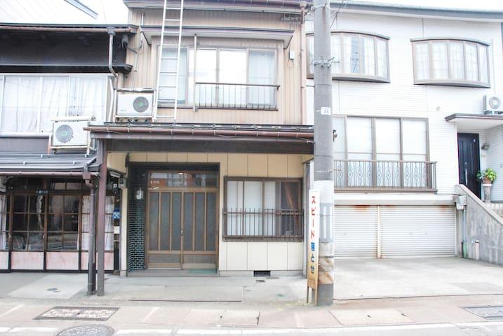 雪国高田の伝統的日本家屋・雁木町家