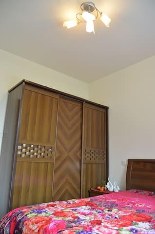 小卧室,配备1.5m宽双人床,拉门衣柜