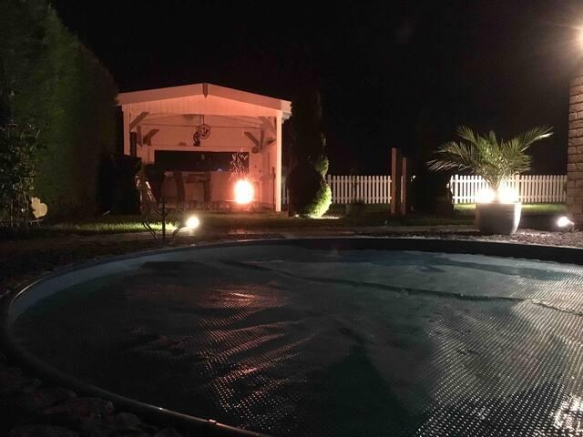 Ein gemütliches Feuer am Pavillon.