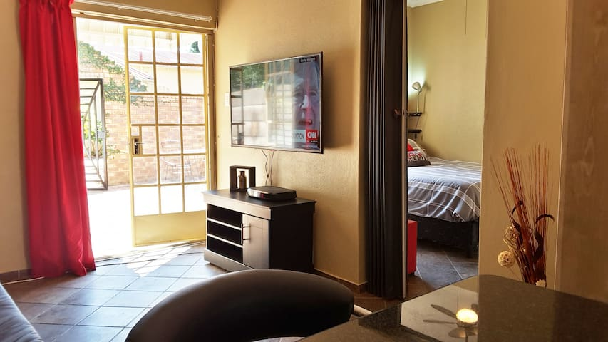 Entire Hatfield Apartment with DSTV + WIFI