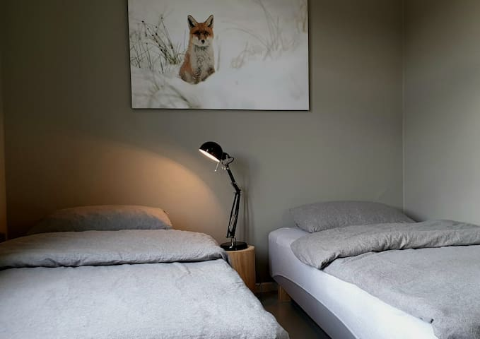 Soverom i 1.etg med inngang fra stuen. 2×90 senger.