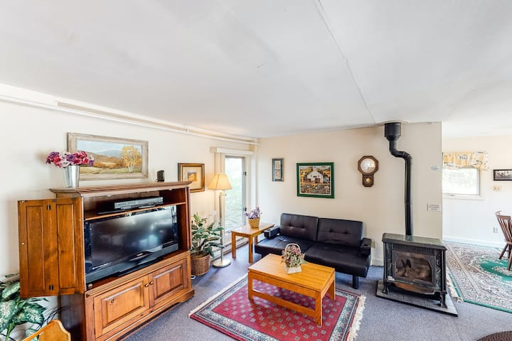 Walkable in-town condo w/ deck & shared pool, hot tub & tennis - near skiing!