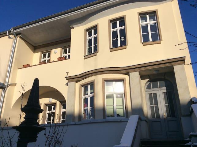 Sonniges Zimmer in Villa, komplett möbliert, eigene Wohnungstüre, zentrale Lage.