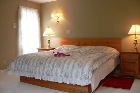 King-sized bed with ensuite bath - Stratford - Bed & Breakfast