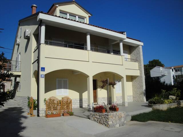 Apartment Govic - Šibenik-Brodarica - House