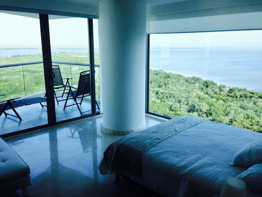 Master bedroom - Mangrove and incredible city skyline view