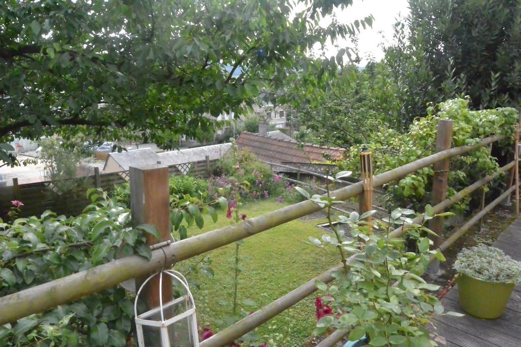 Profitez également d'un petit jardin situé en contrebas de la terrasse.