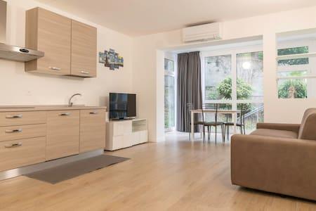 """Lakeside Apartment """"Iris"""", Family-friendly home"""