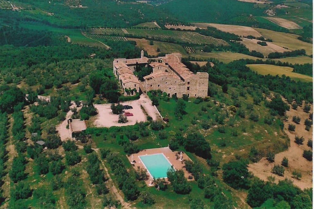 vista aerea del borgo-castello di Montelagello lato piscina