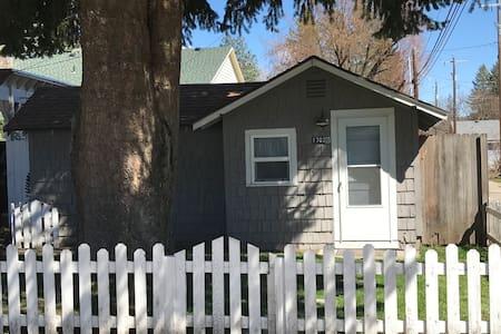 Coeur d'Alene Hideaway cottage