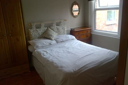 Large double room, village setting. - Bed & Breakfast