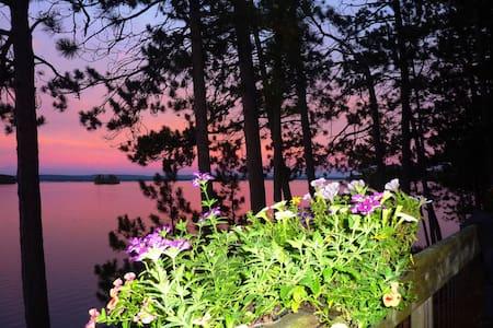 Sunsets at Peaceful Round Lake Cottage WiFi A/C - Killaloe - Maison