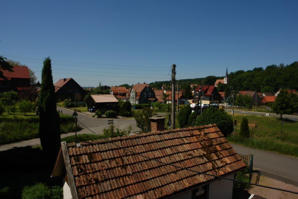 Blick auf das alte Dorf mit der Kirche