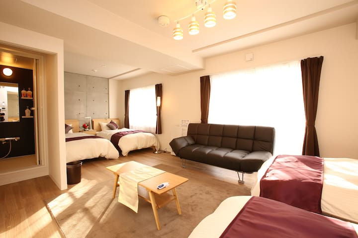 There are 3 rooms that each room come with 4 single beds/ 这有3间房间那每个房间具有4张单人床/싱글침대 4 개가 있는 침실