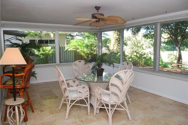 Nature lover's Paradise 1 Bed 1 Bath - Largo