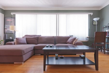 Clean, Large 1BR/1BA w/Parking - - Los Angeles - Apartment