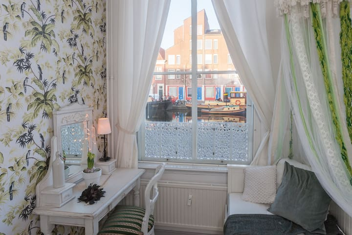 Charming vintage Dutch house with a canal view! - Leiden - Apartament