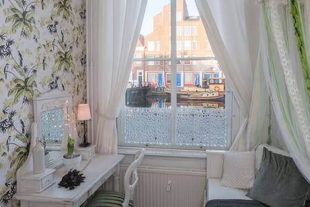 Charming vintage Dutch house with a canal view! - Leiden - Appartement