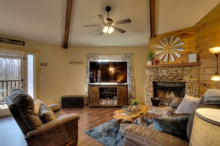 Minutes from downtown of Gatlinburg, sleeps 6