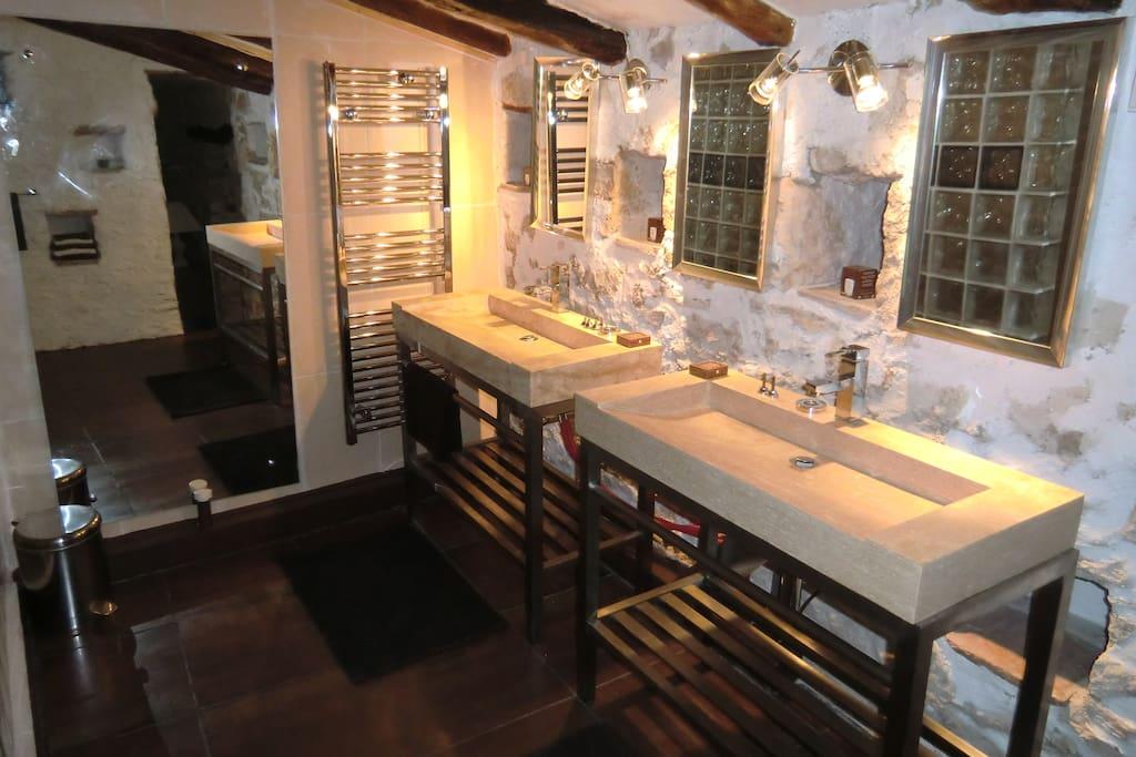 grande salle de douche avec 2 vasques en pierre naturelle
