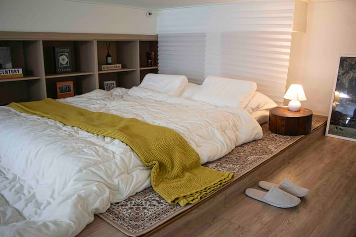 휴식을 위한 침실은 복층에 위치해 있습니다.