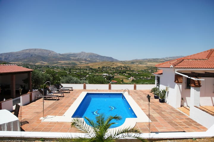 Peaceful B&B, pool & amazing views. El Chorro Room