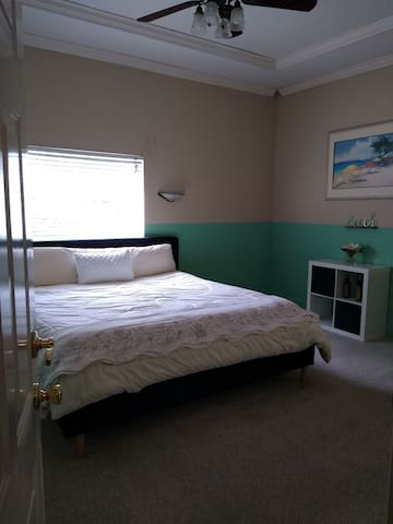 King bed / Nice 50in 4k smart tv&master bath