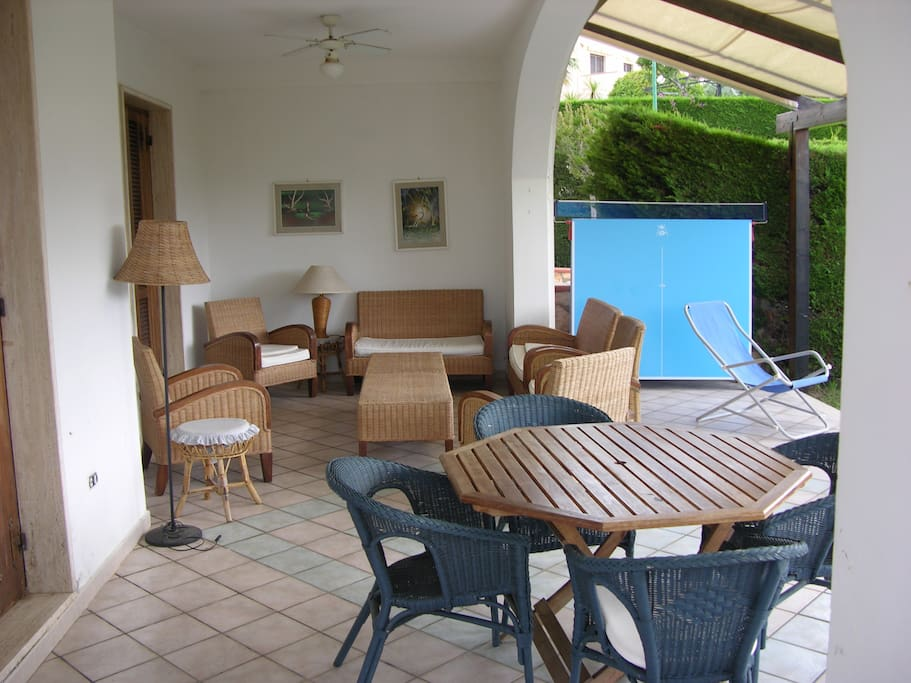 Tavolo e divanetti sotto il portico