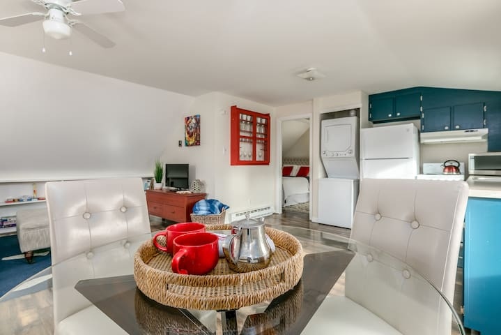 Sunny & private suite w/private entrance & parking