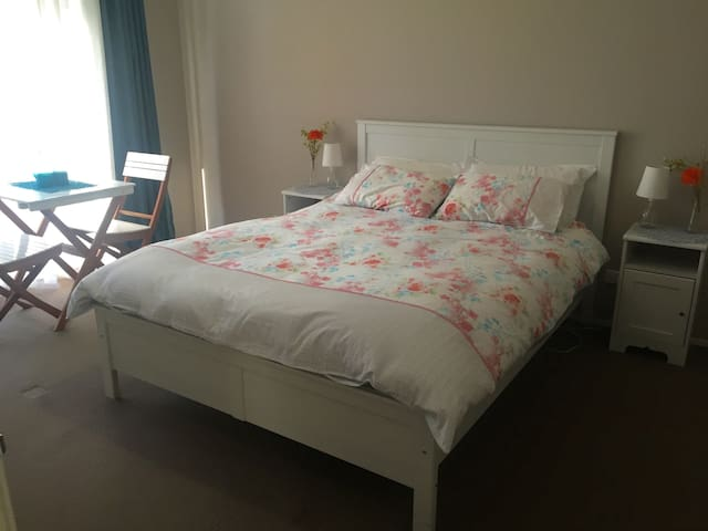 Sunny, spacious room with queen bed, ensuite & TV - Kellyville Ridge - Гестхаус