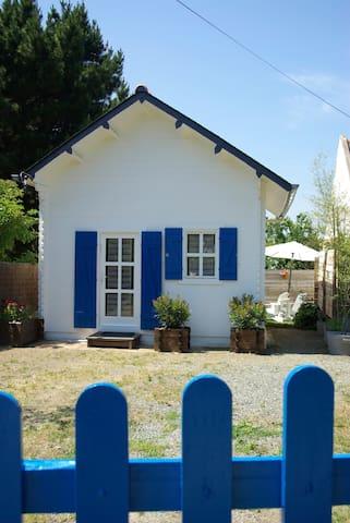 la maison aux volets bleus coté entrée