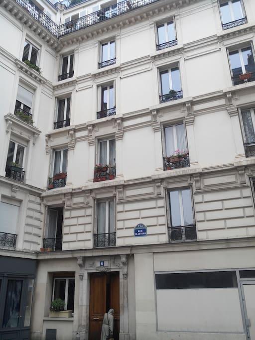 Immeuble dans une rue calme à 50 du boulevard du Port Royal et 300 m de la Place Saint Médard, 500 mètres du Panthéon, 500 mètres de la grande mosquée de Paris.